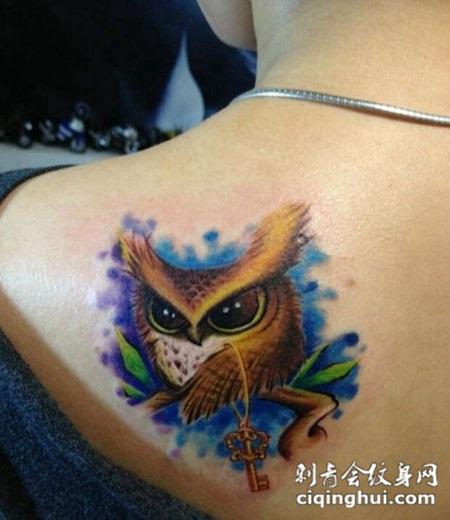 背部个性猫头鹰叼金钥匙刺青