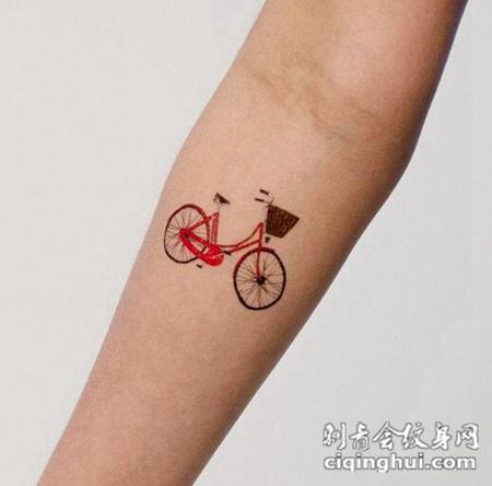 小臂上漂亮的自行车纹身