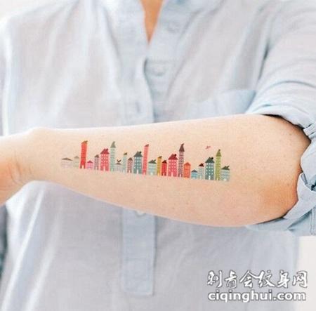 手臂上一幅风景纹身