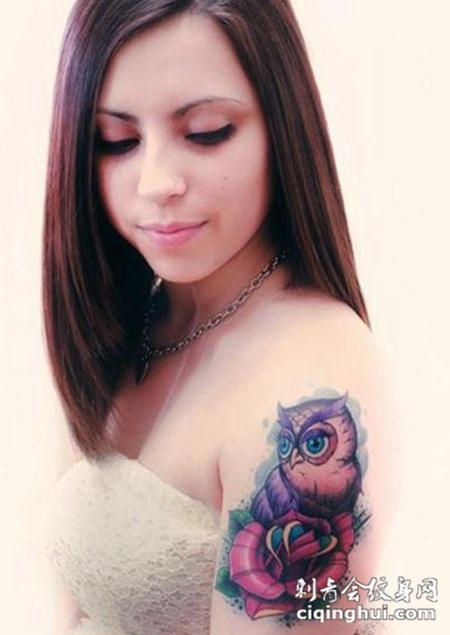 女孩手臂猫头鹰花纹身图案