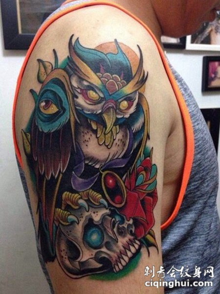 手臂上个性的猫头鹰纹身