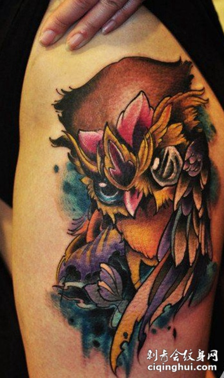 美女腿部时尚潮流的猫头鹰纹身图案