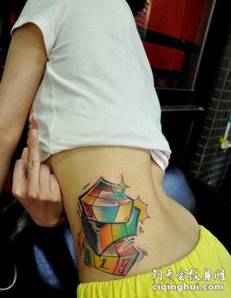 美女腰部前卫潮流的魔方纹身图案