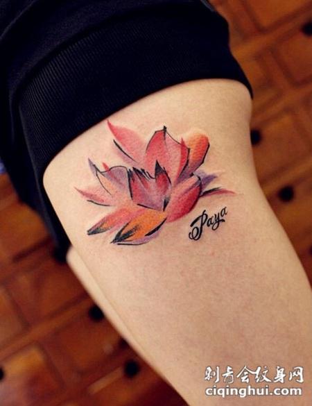 女人腿部彩色莲花纹身图案