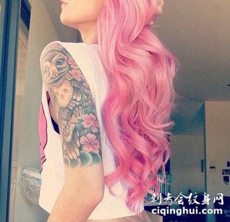 女性彩色猫头鹰花臂纹身图案
