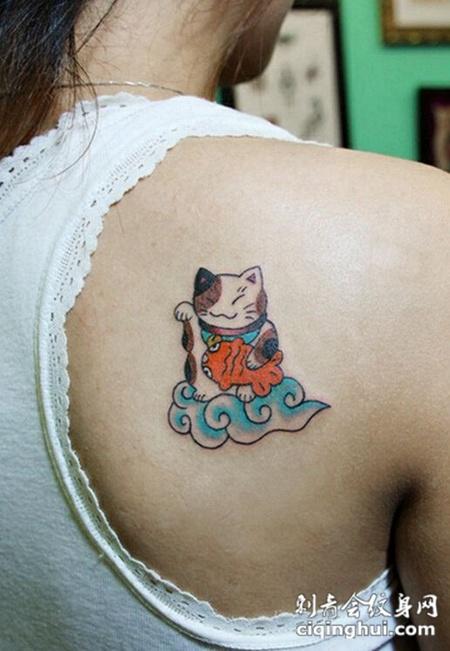 美女背部招财猫纹身图案