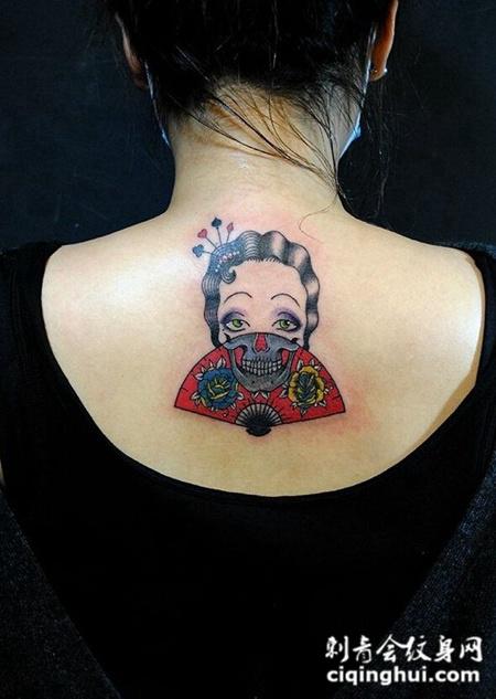 女生后背创意头像纹身图案
