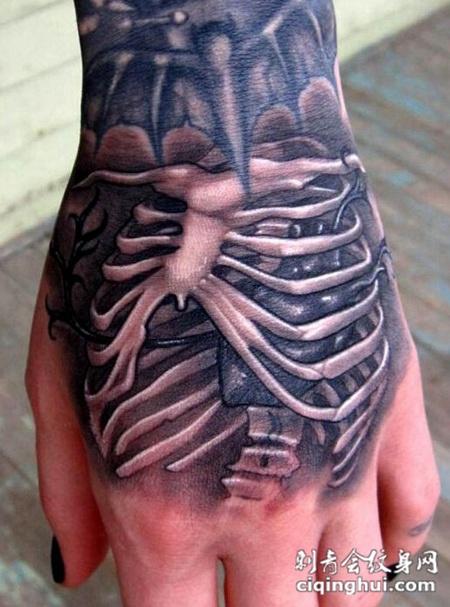 手背上一款个性骨架纹身图案