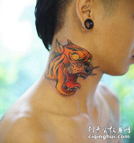 个性潮男脖子上的卡通虎头纹身