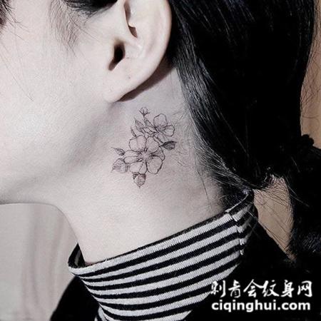 女生颈部桃花纹身图案