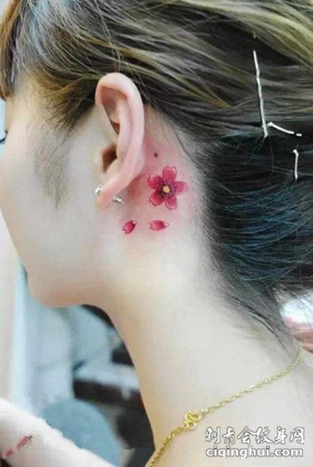 女生耳朵上纹身图案大全