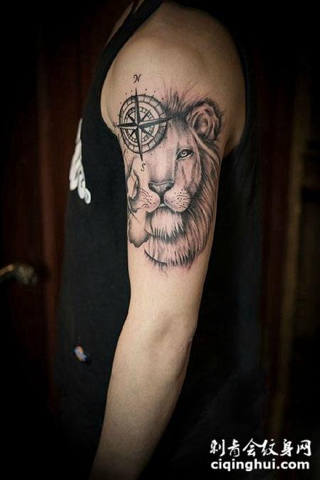 手臂指南针与狮子纹身图案
