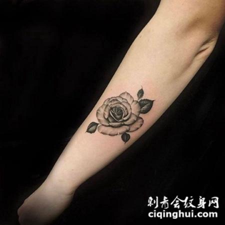 手臂简约黑灰玫瑰花纹身图案