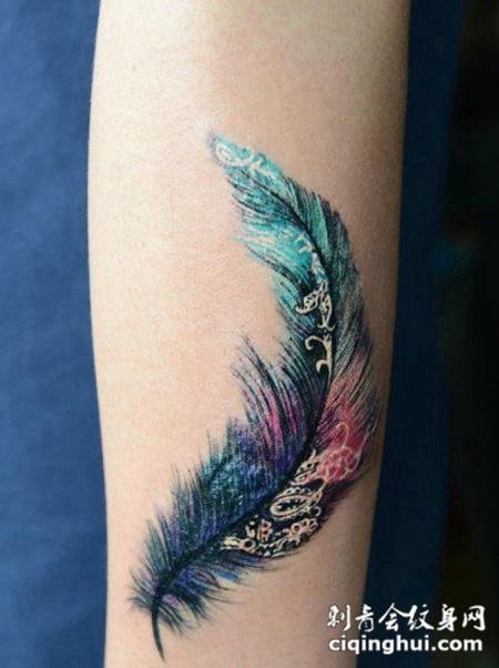 彩色手臂羽毛纹身图案