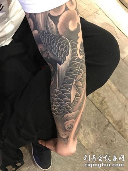 鱼入祥云,手臂个性鲤鱼纹身图案