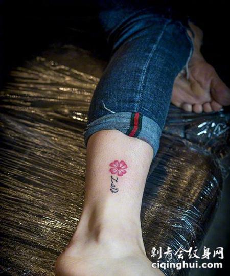 腿部简单小花瓣纹身图案
