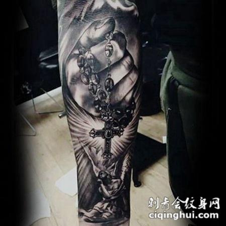 虔诚的祷告,手臂十字架与天使纹身