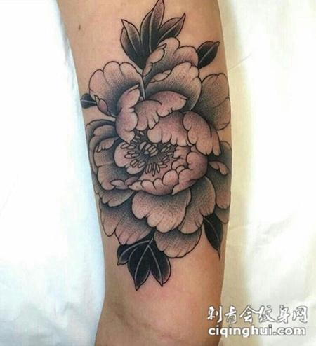 花开富贵,手臂简洁干净的牡丹花纹身