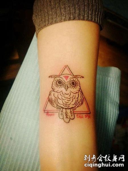 手臂可爱猫头鹰纹身图案