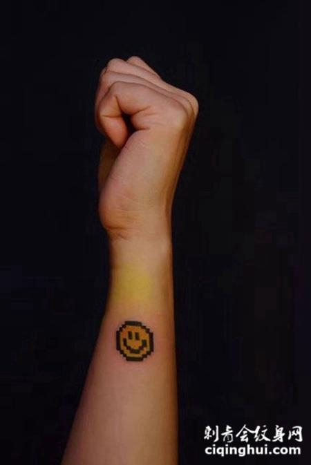 手臂可爱笑脸纹身图案