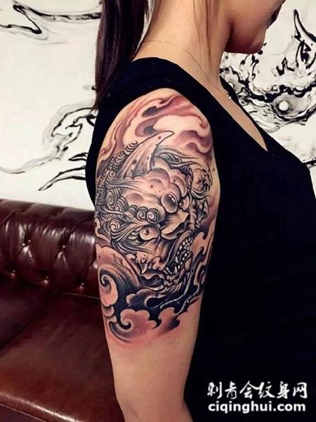 手臂唐狮纹身图案