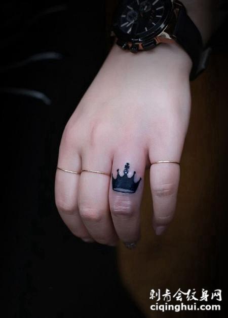 女王的荣耀,女生手指处王冠个性纹身图片
