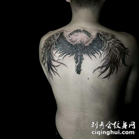 守护一生,后背好看的守护天使纹身图案