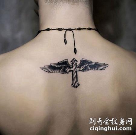 个性后背羽毛十字架纹身图案