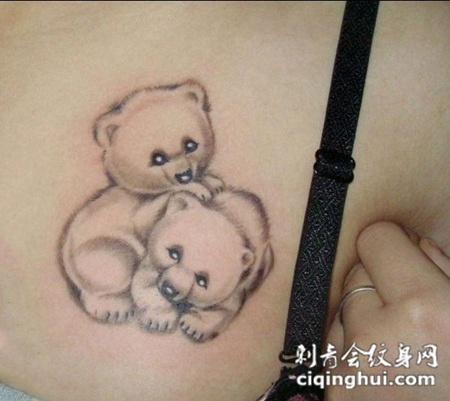背部卡通小熊纹身图片图片