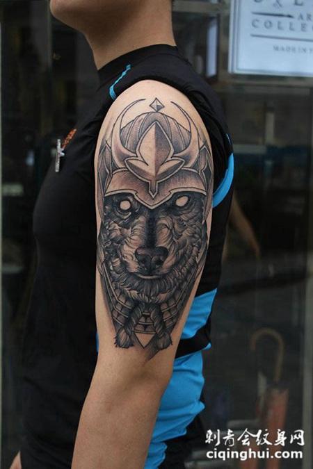 帅哥手臂上的狼骑士纹身图案