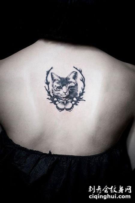 女子后背一只可爱的猫纹身图案