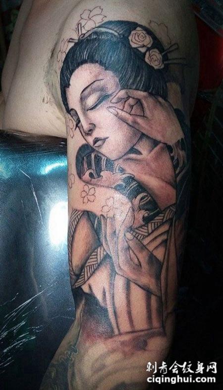 手臂上妩媚的艺妓纹身图案
