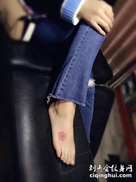 脚背上的个性小花朵纹身图案图片