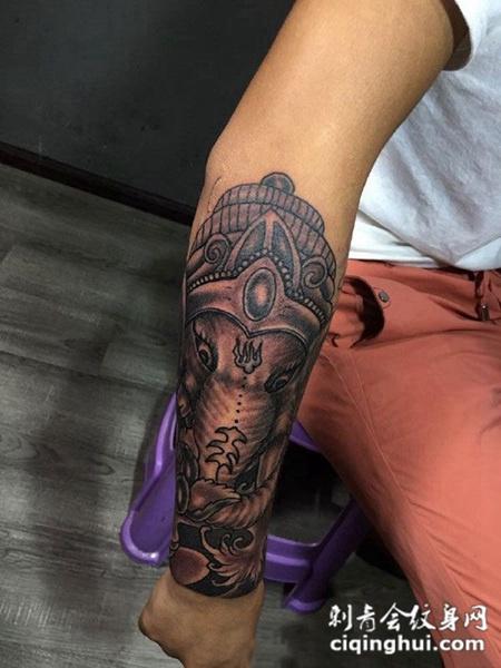 男生手臂上的象神纹身图案