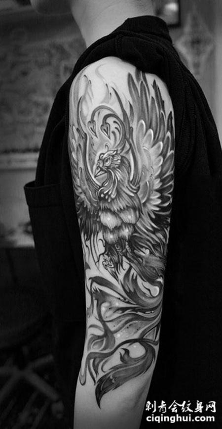 手臂上飞舞的凤凰纹身图案