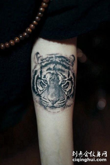手臂上霸气的虎头纹身图案