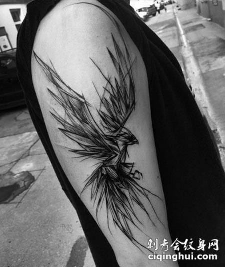 线条感手臂上老鹰纹身图案