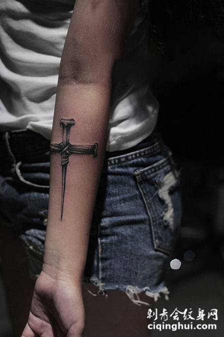 手臂十字架纹身,代表神与人的契约