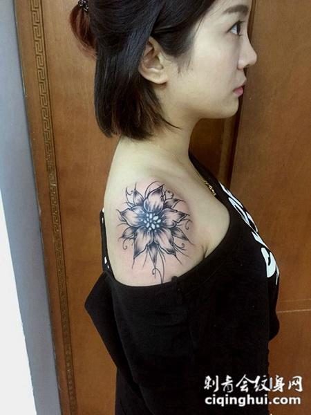 香肩似花开,美女彼岸花披肩纹身图案