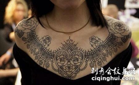 华丽绽放,漂亮的玫瑰花海娜图腾胸部纹身