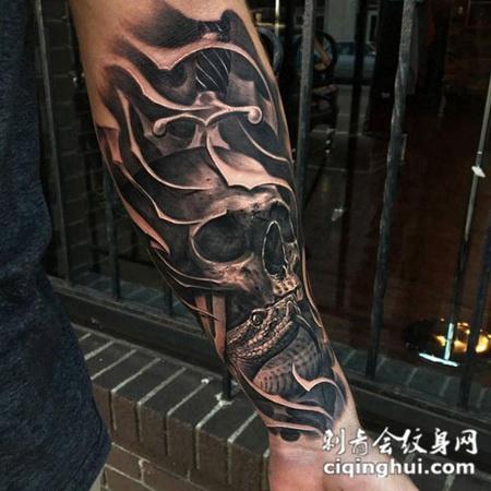 危机常伴心中,手臂骷髅与蛇写实纹身图片