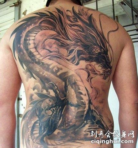 满背龙纹身刺青图片