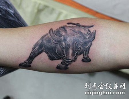 手臂上牛纹身