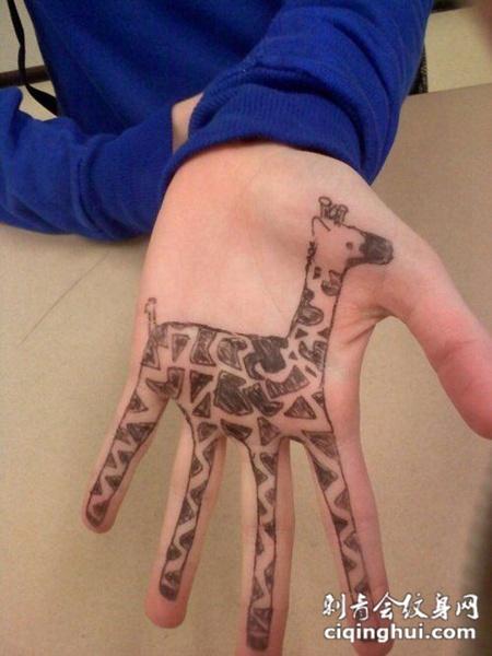 手掌上长颈鹿纹身图案图片