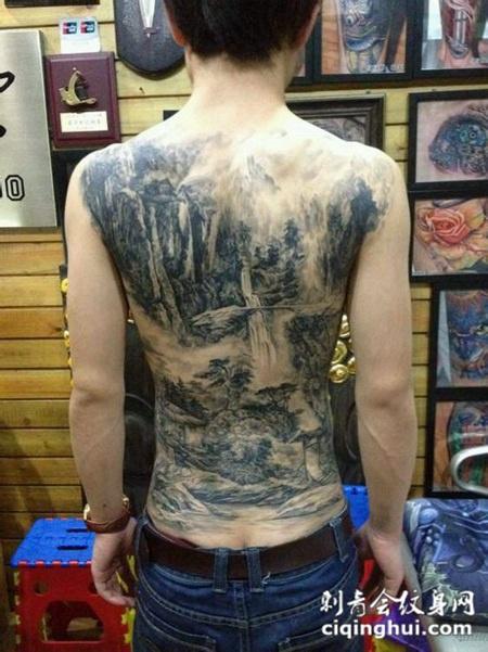 满背黑灰山水画纹身图案