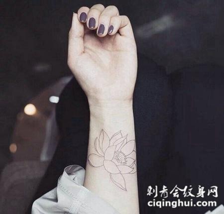 手腕简单漂亮的线条莲花纹身图案