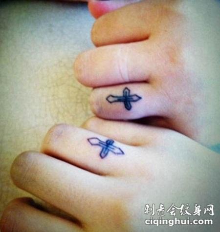 情侣手指简单个性的十字架纹身图案大全