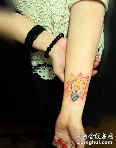 创意三角形灯泡手腕纹身