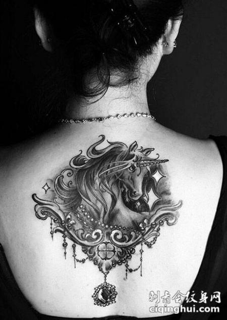女生后背霸气黑白独角兽纹身图片