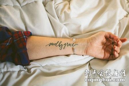 美女小臂上好看的英文纹身图案